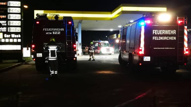 PKW Brand auf Tankstelle